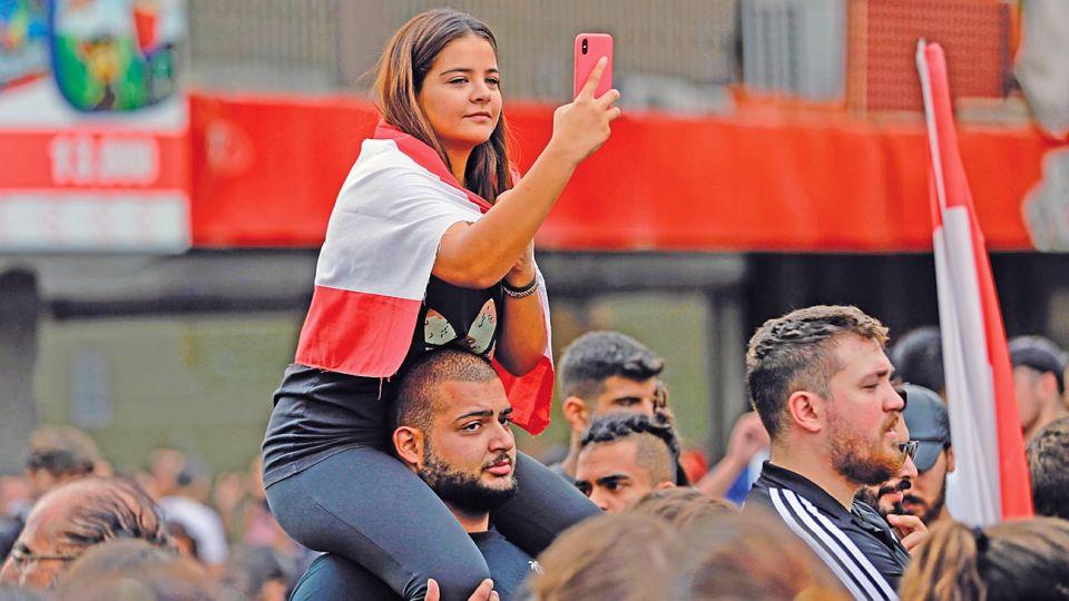 """Líbano. """"El gobierno puso un impuesto de 20 centavos diarios a los usuarios de Whatsapp y se desató una reacción violenta""""."""