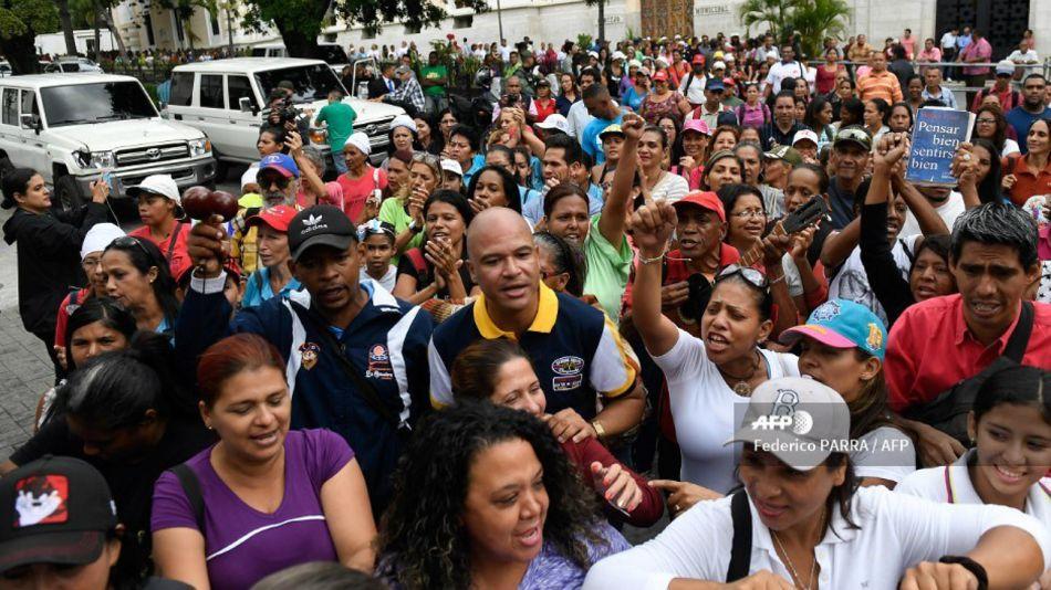 Manifestantes chavistas se congregaron desde temprano en las inmediaciones de la Asamblea Nacional en Caracas.