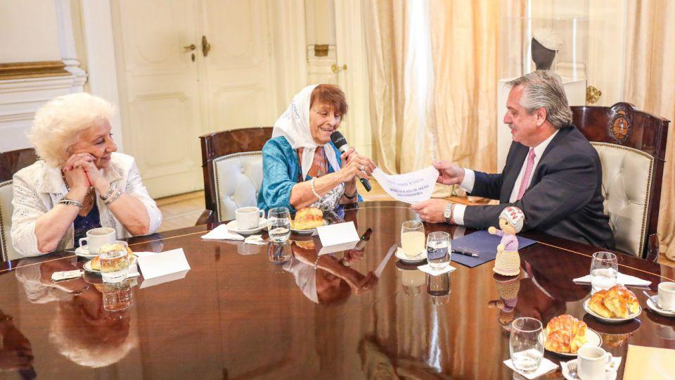 Estela de Carloto y Taty Almeida con Alberto Fernández.