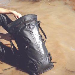 Las mochilas estancas poseen costuras termoselladas y soldadas con alta frecuencia.