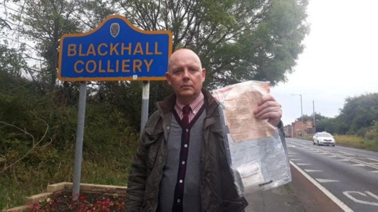 Se develó el misterio de los sobres con dinero que aparecían en un pueblo en el Reino Unido