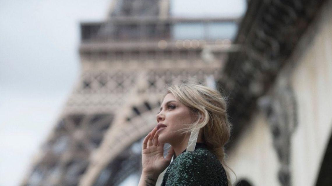 Sin bombacha, Wanda Nara recorrió las calles de París con un millonario abrigo