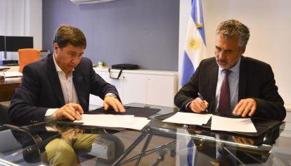 El ministro de Desarrollo Social, Daniel Arroyo, firmó un convenio con el titular de la Anses, Alejandro Vanoli.