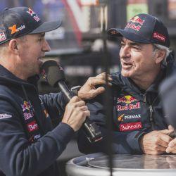 Stéphane Peterhansel (3°) hablando con su coequipier Carlos Sainz, ganador del Dakar 2020. Foto: Red Bull Content Pool.