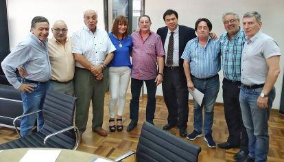 Encuentro. El ministro Claudio Moroni junto a Omar Viviani y dirigentes del sindicato de taxistas.