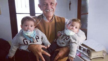Milo y Jano tienen un año y recibirán un trasplante de médula ósea en abril, en el Hospital Garrahan. En la foto están con su pediatra, el doctor Enrique Pappi.