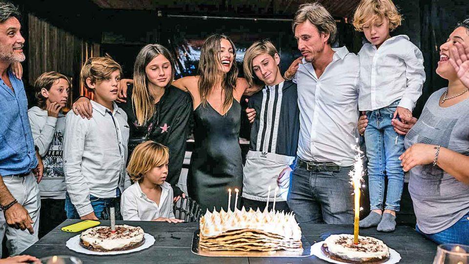 Torta. Pampita, sus hijos y los de Roberto García Moritán. Velas doradas y plateadas de cábala.
