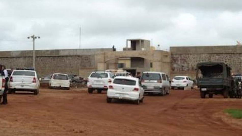 Incesante movimiento frente a la cárcel de Juan Pedro Caballero en Paraguay. Ya despidieron al director por la fuga masiva.