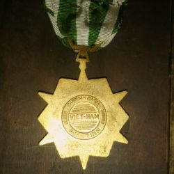En el reverso se leen las palabras campaña, medalla y Vietnam.