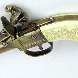 "Pequeña ""Muff Pistol"" con llave de pedernal, finamente terminada, fabricada alrededor de 1850."
