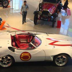 Se puede apreciar una réplica del Mach 5, el icónico auto de la serie animada Meteoro.