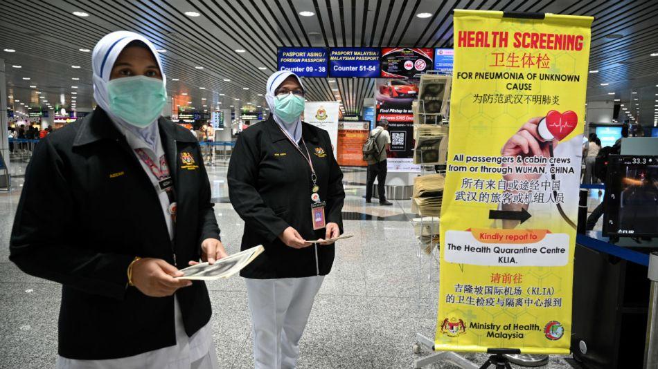 Los agentes de salud de Malasia se desplegaron en el aeropuerto internacional de Kuala Lumpur en Sepang tras un nuevo deceso por el coronavirus.