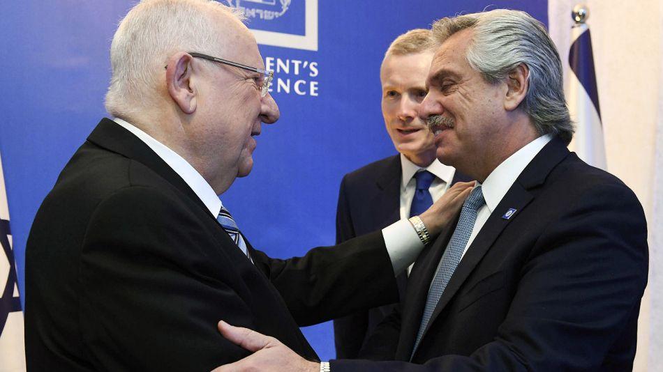 El presidente Fernández, recibido por el mandatario isaelí, Reuven Rivlin, en la cena de este miércoles 22 en Jerusalen.