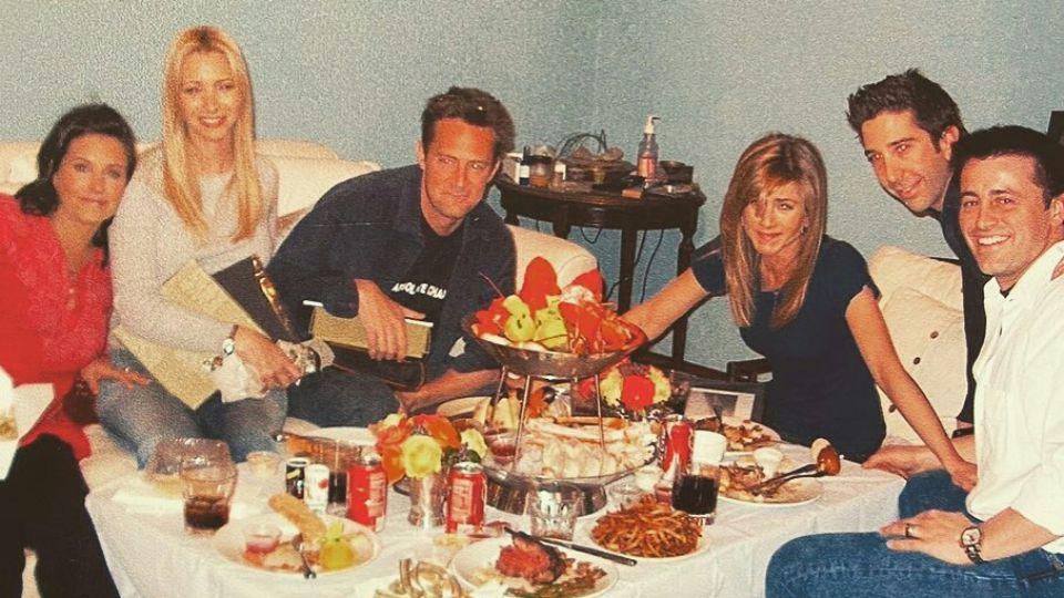 "La foto retro de la ""última cena"" del elenco de Friends que se volvió viral"