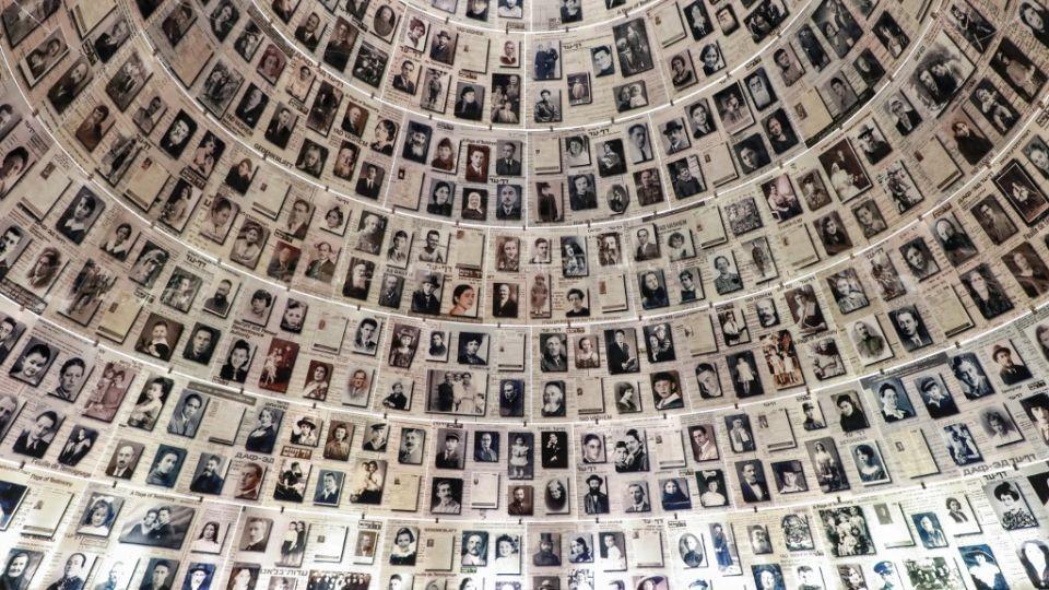 Reconstitución de una parte del gueto de Varsovia, maqueta del campo de Auschwitz, fotografías de sobrevivientes tomadas por los soldados aliados durante la liberación de los campos de concentración: en el museo, gratuito, los visitantes siguen un recorrido que describe con imágenes, películas y objetos de época la historia del holocausto, desde el ascenso del nazismo en Alemania en los años 1930 hasta la liberación de los campos en 1945.