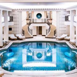 La pileta del exclusivísimo spa de Chanel que Karl supervisó en el Hotel Ritz de París
