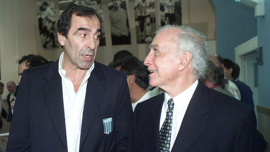 Former Racing Club goalkeeper Agusin Mario Cejas (left), with coach Juan José Pizzuti (right), at the inauguration of the Racing Hall of Fame in 2001.