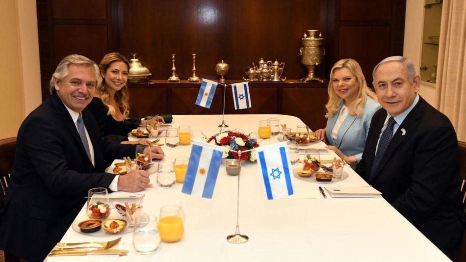 Alberto Fernández junto a Fabiola Yañez y el primer ministro israelí Benjamin Netanyahu junto a su esposa Sara