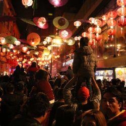 La gente se junta en las plazas o templos para escuchar las campanas que empiezan a sonar con fuerza a la medianoche.