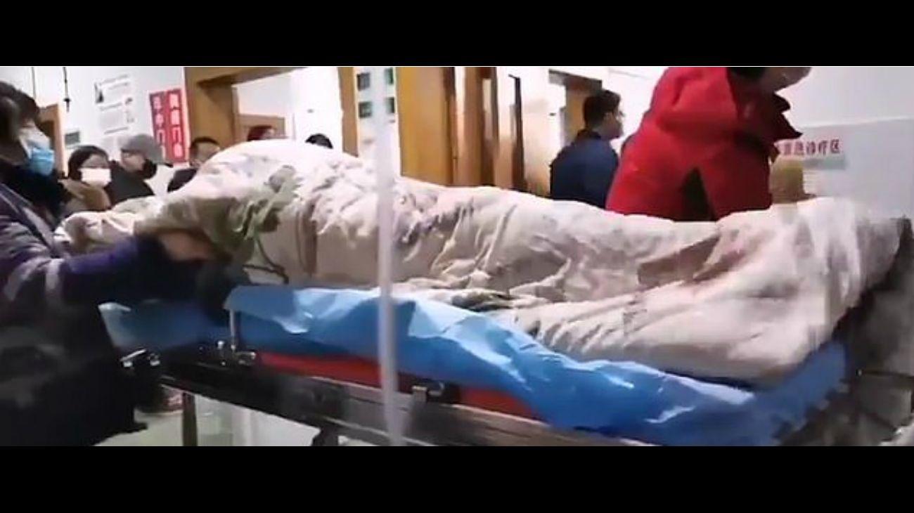 ¿Real o falso? El video de una presunta víctima del virus que estremece al mundo