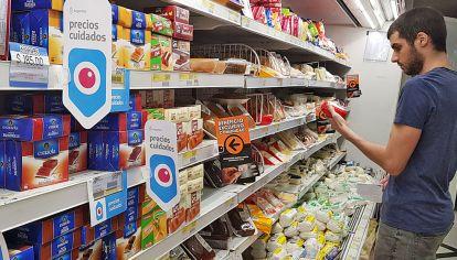 Vigilancia. La compra diaria en la Argentina: un ejercicio constante de control de precios y etiquetas.