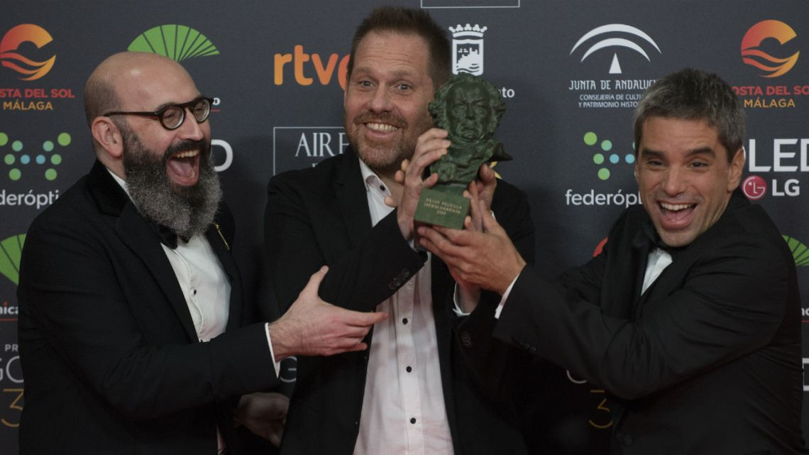 Argentine director Sebastian Borensztein (R) poses with the Goya award to the best Latin-American film for the Argentinian-Spanish film 'La Odisea de los Giles' (Heroic Losers) during a photocall following the 34th Goya awards ceremony in Malaga on January 25, 2020