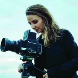 Petra Costa, documentalista brasilera, va por el Oscar.