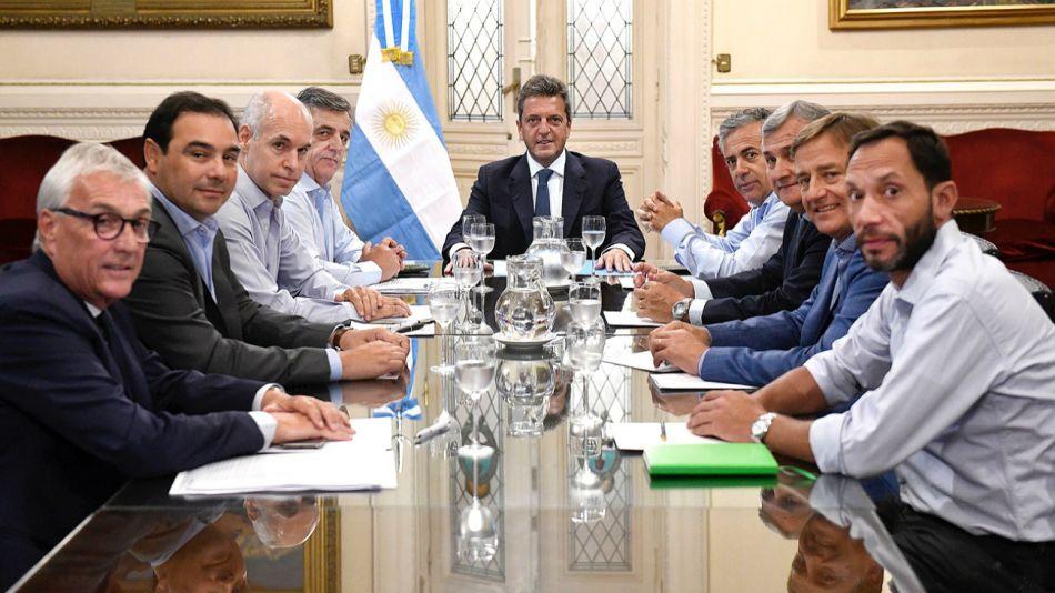 Sergio Massa recibe a gobernadores y legisladores de Juntos por el Cambio para hablar sobre las deudas provinciales.