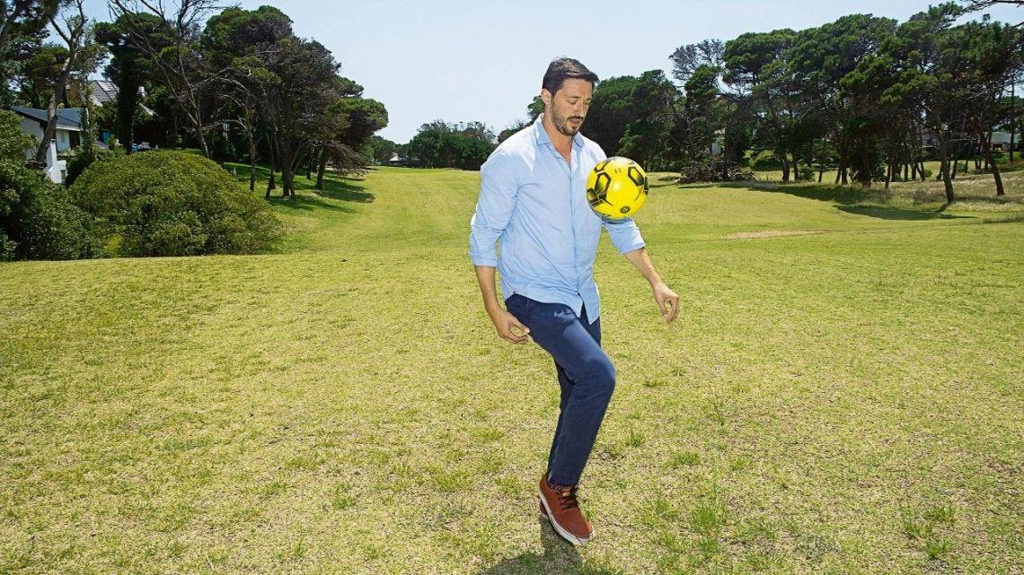 Martín Yeza practicando con la pelota en Pinamar. | Foto:Mario De Fina