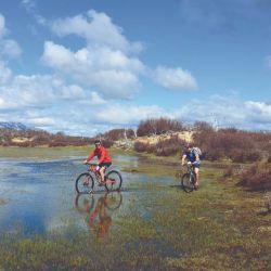 Entre las actividades que se ofrece, podemos disfrutar del día haciendo mountain bike.