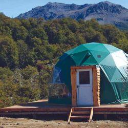 El simple exterior del domo contrasta con su interior lujoso.