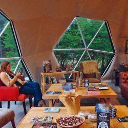 El domo living invita a recostarse en un sillón o admirar el paisaje montañoso.