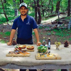 El chef Leo Najle cocinó un surtido asado para comer bajo los árboles.