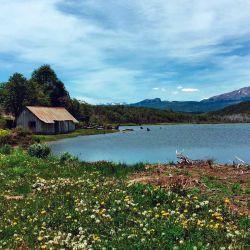 Una hermosa laguna en la que nadan los patos y los fanáticos de la pesca pueden sacar alguna trucha.
