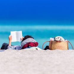 La playa, terreno fértil para la lectura