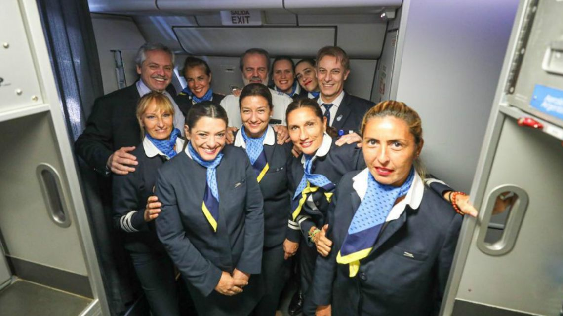Alberto Fernández poses with flight crew for trip to Rome.