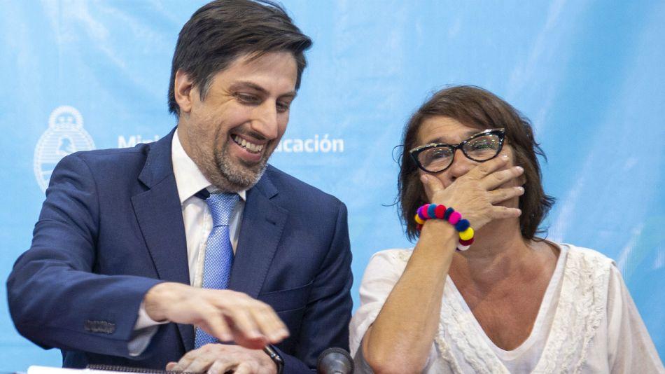 El ministro de Educación, Nicolás Trotta, sonríe con la titular de CTERA, Sonia Alesso, en la reunion con docentes por la paritaria nacional.