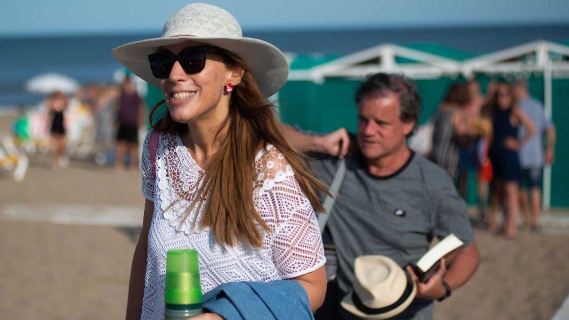María Eugenia Vidal y Quique Sacco en Pinamar.  | Foto:Mario De Fina.