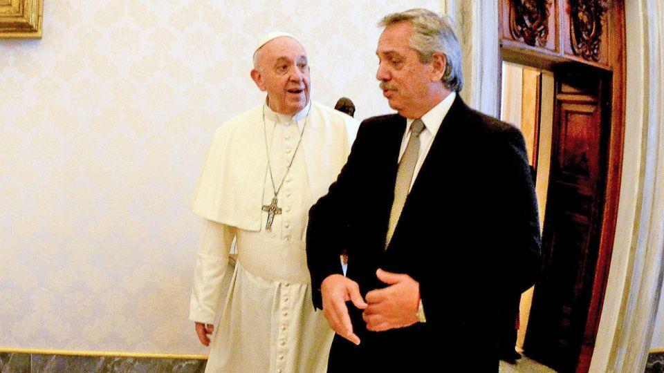 Del brazo. Fernández contó que hubo buena sintonía con el Papa en el trabajo contra la pobreza.