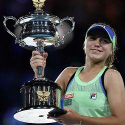 Sofia Kenin con el trofeo del Abierto de Australia tras vencer en la final a Muguruza.
