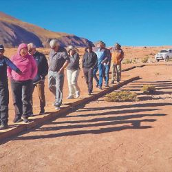 El guía muestra a los caravaneros los geoglifos de Campo de Toba.