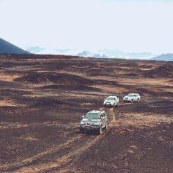 La caravana atravesando un paisaje de otro planeta.