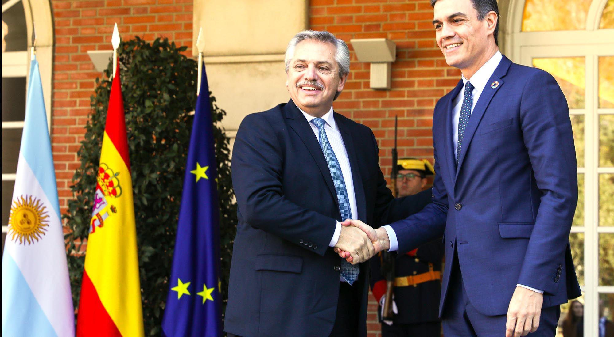 Los presidentes de Argentina y España se reúnen en Europa.