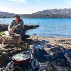 Para cocinar se puede usar garrafa, una cocina portátil, incluso la misma leña del lugar para improvisar una parrilla.