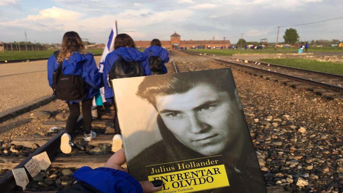 Malena, nieta de Hollander, con su libro en Auschwitz | Foto:Hollander