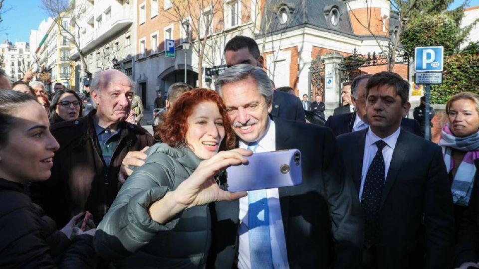 Alberto Fernández fue recibido por argentinos en la puerta de la residencia del embajador en Madrid.