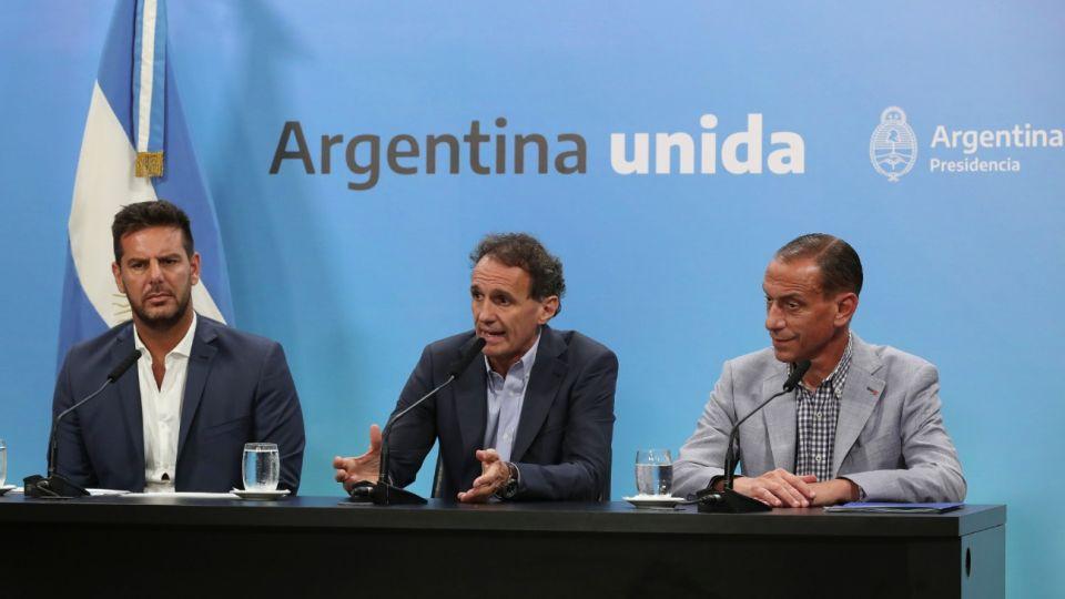 El ministro de Obras Públicas, Gabriel Katopodis, junto al titular de Vialidad Nacional, Gustavo Arrieta, y el presidente de Corredores Viales S.A., Gonzalo Atanasof.