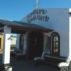 El templo a San La Muerte se encuentra sobre Ruta Nacional 119, cerca de Solari.