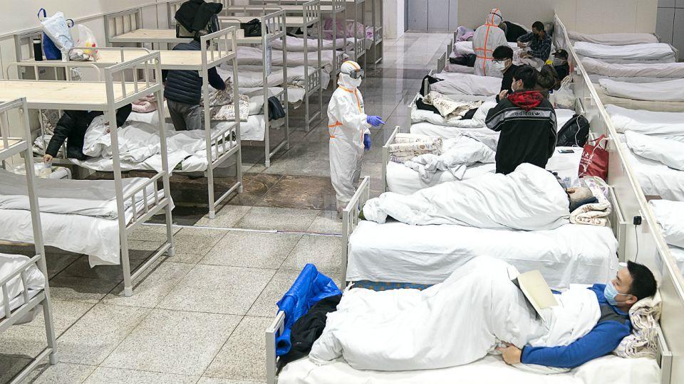 Pacientes infectados con el coronavirus descansan en un hospital improvisado convertido de un centro de exposiciones en Wuhan.