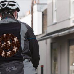 La campera posee un panel LED en la espalda que puede mostrar tres emojis distintos.